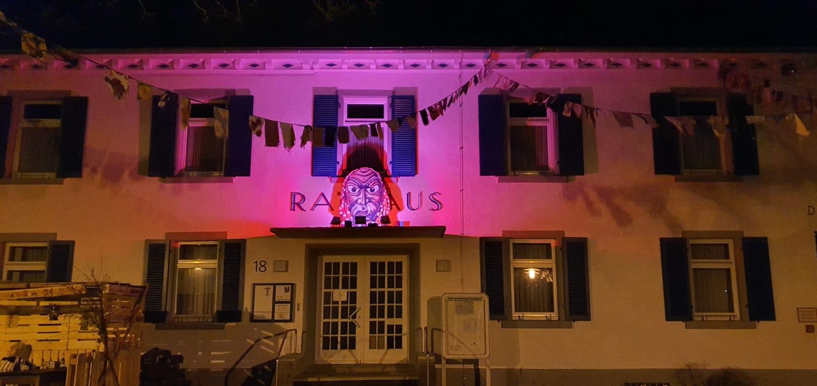 Das von der Narrenzunft dekorierte Rathaus  bei Nacht